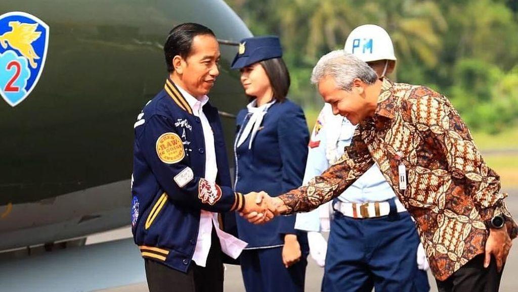 Foto: Jokowi Bergaya ala Film Dilan, Pakai Jaket Rp 1,3 Juta Buatan Bandung