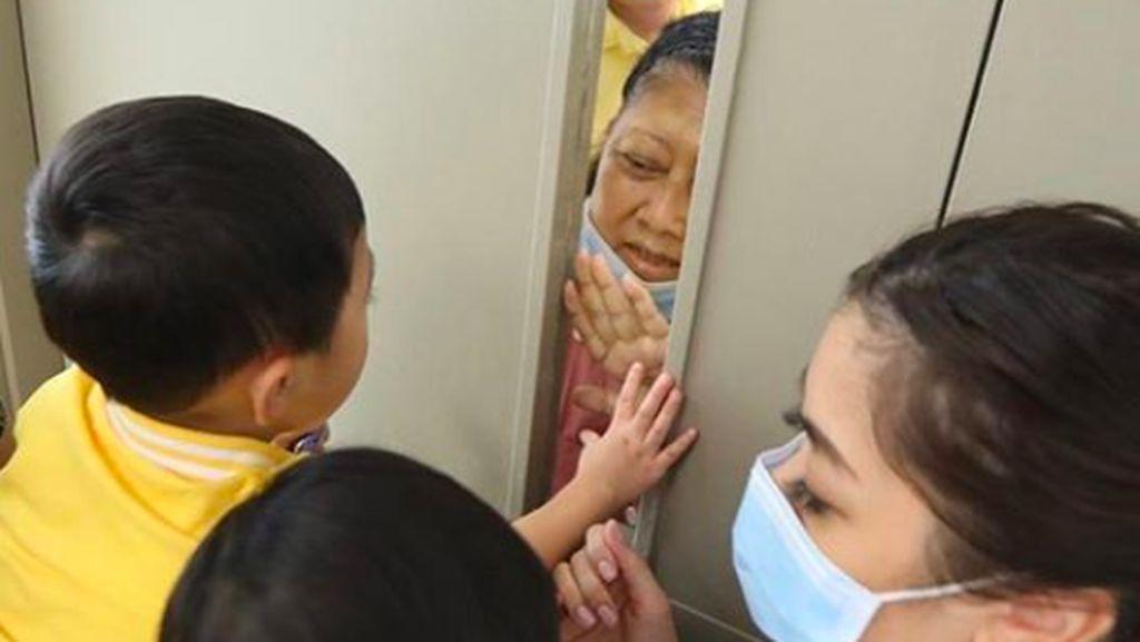 Haru! Suasana Ani Yudhoyono Obati Rindu ke Cucu Via Kaca Pintu