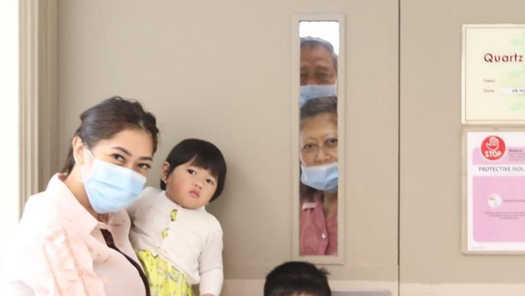 Momen Ani Yudhoyono Lepas Rindu ke Cucu Lewat Kaca Pintu
