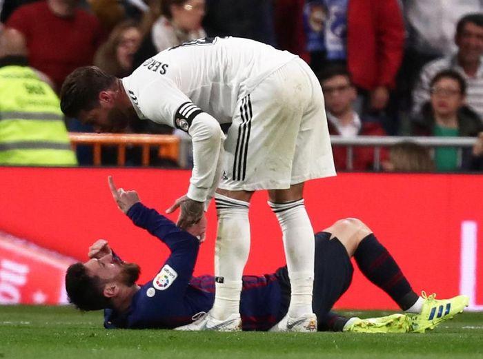 Sergio Ramos saat bersitegang dengan Lionel Messi di Real Madrid vs Barcelona. (Foto: Sergio Perez/Reuters)