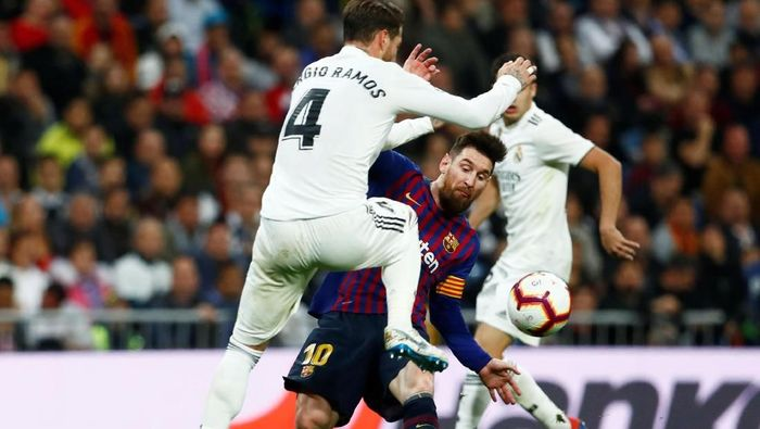 Aksi Ramos berduel dengan Messi di Santiago Bernabeu, Minggu (3/3/2019) dini hari WIB. (Foto: Juan Medina/Reuters)