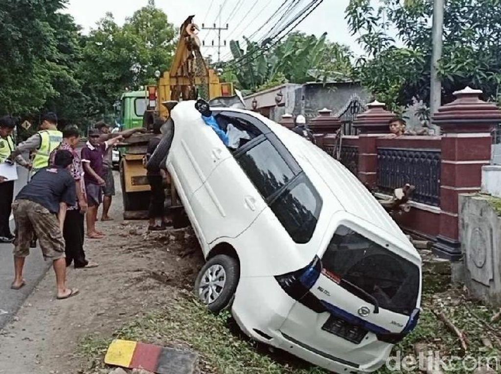 Mobil yang Tabrak Pohon di Magetan Akhirnya Dievakuasi