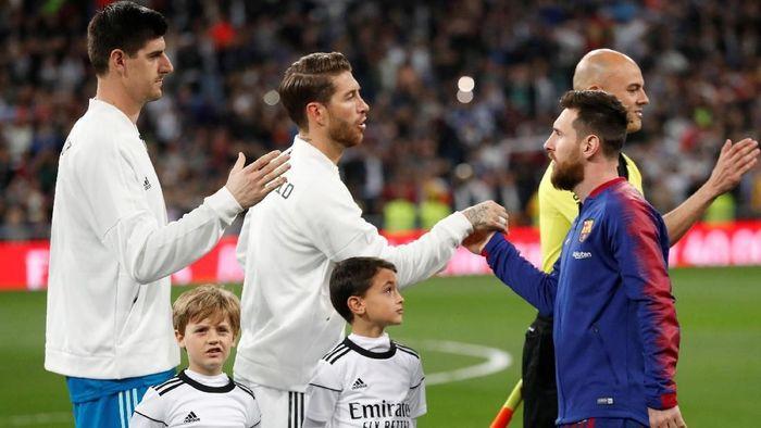 Seperti biasanya, kapten dua tim bersalaman sebelum laga. Kapten Madrid, Ramos, dan kapten Barca, Messi, juga melakukan hal yang sama. (Foto: Juan Medina/Reuters)