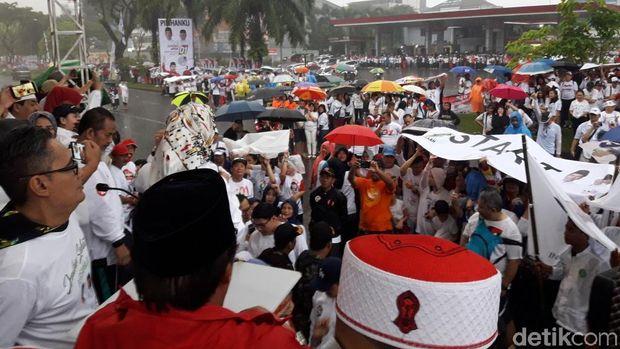 Hujan-hujanan, Ma'ruf Amin Buka Acara Jalan Sehat di BSD