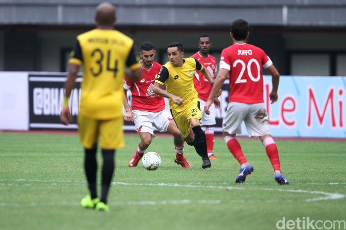 Bhayangkara FC mengatasi perlawanan sengit Semen Padang di laga perdana Grup B Piala Presiden 2019. The Guardian menang 4-2.