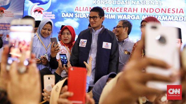 Emak- emak berebut foto dengan calon wakil presiden nomer urut 02 Sandiaga Uno diacara Konsolidasi Nasional Aliansi Pencerah Indonesia (API) dan silaturrahim warga Muhammadiyah di Hotel Grand Sahid Jaya, Jakarta, 3 Maret 2019.