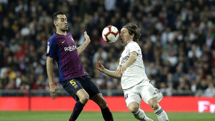 MADRID, SPAIN - MARCH 02:  Luka Modric of Real Madrid is closed down by Sergio Busquets of Barcelona  during the La Liga match between Real Madrid CF and FC Barcelona at Estadio Santiago Bernabeu on March 02, 2019 in Madrid, Spain. (Photo by Gonzalo Arroyo Moreno/Getty Images)