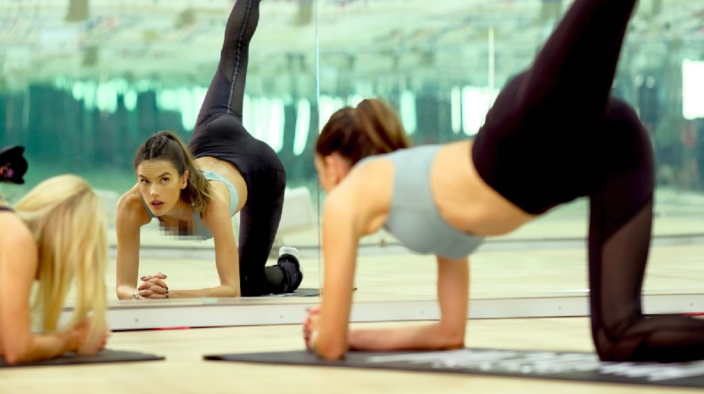 Aje Gile! Dibikin Semangat Lihat Alessandra Ambrosio Workout