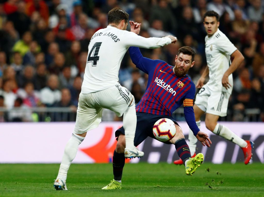Soccer Football - La Liga Santander - Real Madrid v FC Barcelona - Santiago Bernabeu, Madrid, Spain - March 2, 2019   Barcelona's Lionel Messi in action with Real Madrid's Sergio Ramos               REUTERS/Juan Medina