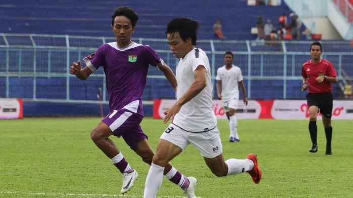 Persita Tangerang (ungu) kalah 0-2 dari Persela Lamongan di laga perdana Grup E Piala Presiden 2019. (Foto: Ari Bowo Sucipto/ANTARA FOTO)