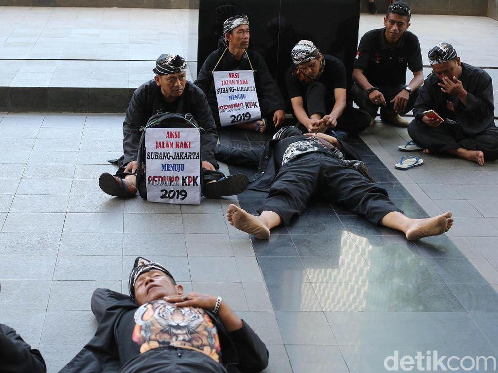 Warga Subang Gelar Aksi Duduk dan Tidur di KPK