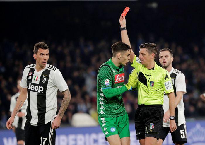 Juventus kian mengukuhkan dominasi di Italia. Bianconeri mengandaskan Napoli 2-1 dalam laga yang diwarnai keluarnya 11 kartu - termasuk dua merah. REUTERS/Ciro De Luca.
