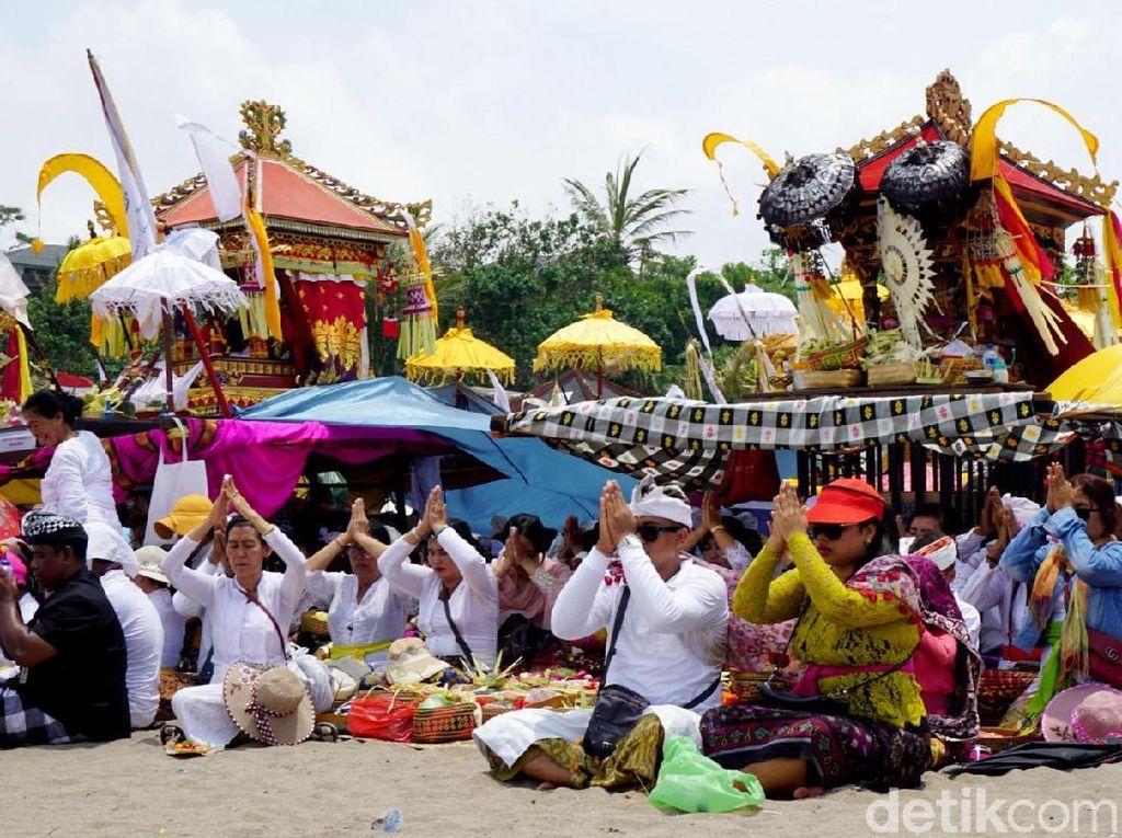 Umat Hindu Gelar Upacara Melasti di Pantai Petitenget Bali