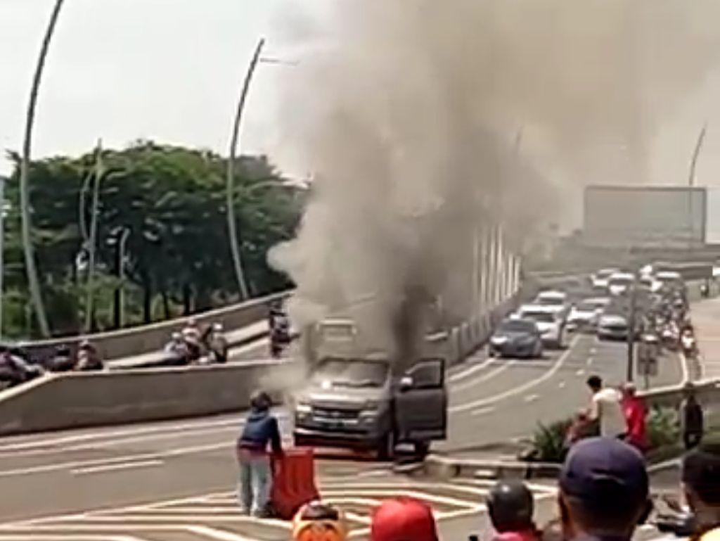 Mobil Terbakar di Flyover Summarecon, Diduga Akibat Konsleting