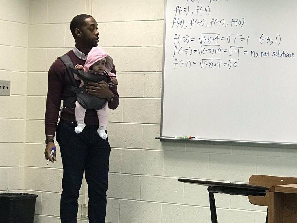 Momen Viral Dosen Gendong Bayi Mahasiswa Selama Kelas Ini Menghangatkan Hati