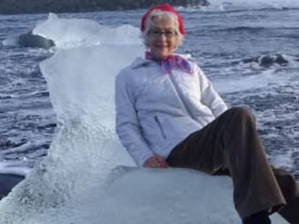 Foto Di Atas Bongkahan Es, Turis Lansia Ini Malah Hampir Hanyut