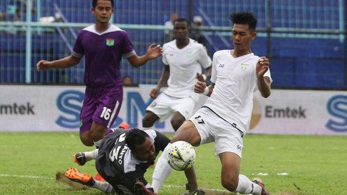Persela Lamongan (putih) menang 2-0 atas Persita Tangerang di Stadion Kanjuruhan, Senin (4/3/2019) dalam laga perdana Grup E Piala Presiden 2019. (Foto: Ari Bowo Sucipto/ama/ANTARA FOTO)