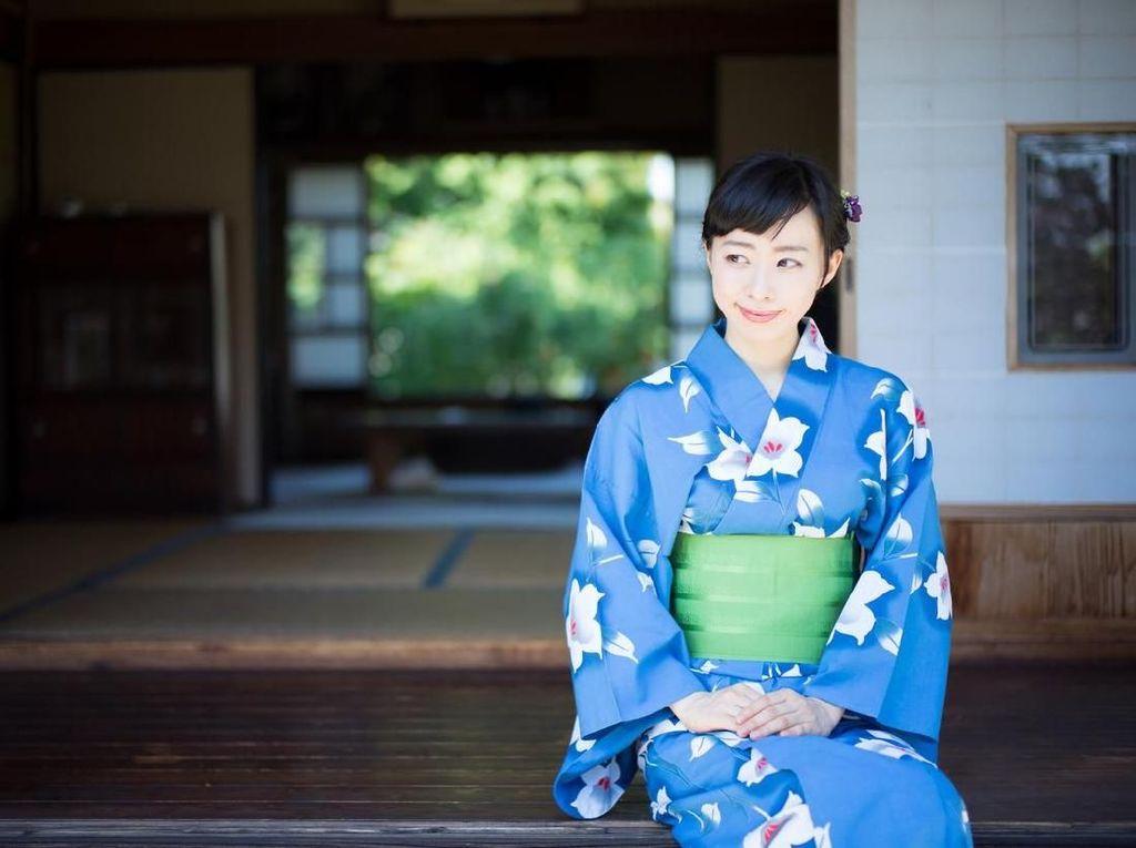 Pakai Kimono Saat Pose Bareng Reino, Ini Beda Makna Baju Luna dan Syahrini