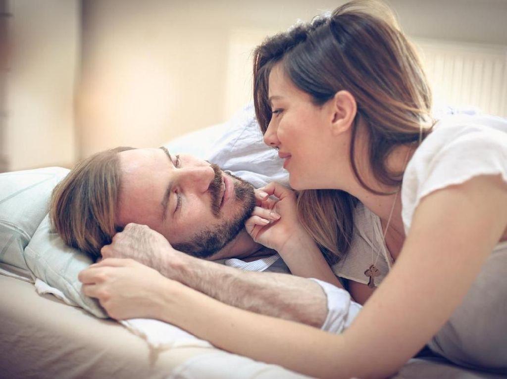 3 Tips Posisi Bercinta Saat Bunda Sakit Punggung