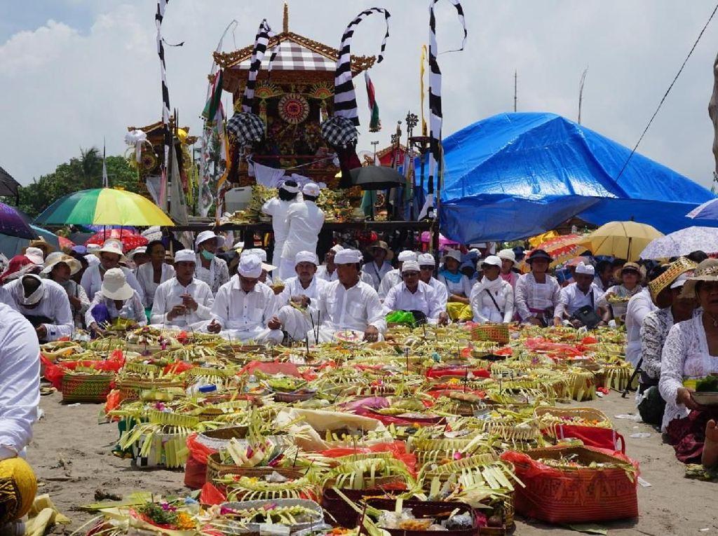 Khidmatnya Upacara Melasti di Pantai Petitenget Kerobokan Bali