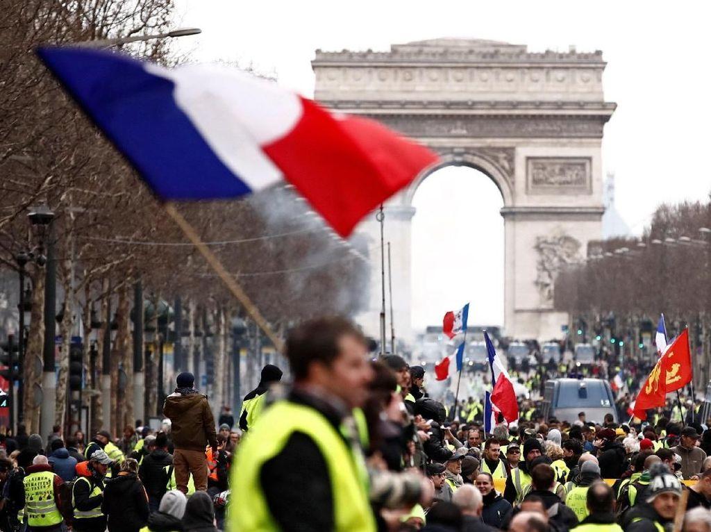 Kawal Aksi Demo Rompi Kuning, Polisi Prancis Dilempar Bom Tinja