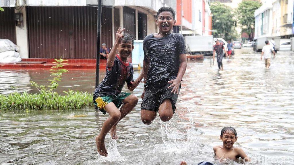 Serunya Anak-anak Bermain di Genangan Banjir ITC Mangga Dua