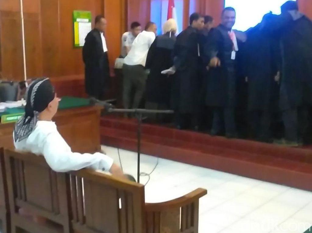 Gaya Nyeleneh Ahmad Dhani di Persidangan