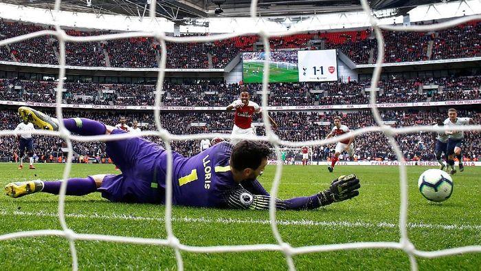 Lloris menyelamatkan Tottenham Hotspur. Kiper Prancis itu menepis tendangan penalti striker Arsenal Pierre-Emerick Aubameyang di menit-menit terakhir sekaligus memastikan Derby London Utara di Emirates berakhir sama kuat 1-1. (Foto: Getty Images)