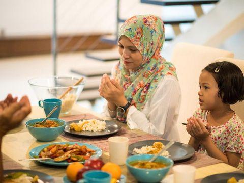 Doa yang Bisa Diajarkan pada Si Kecil Sebelum Minum Susu