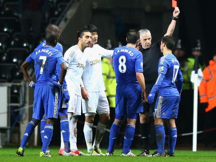Eden Hazard usai menendang bola ke arah anak gawang saat Swansea City vs Chelsea. (Foto: Michael Steele/Getty Images)