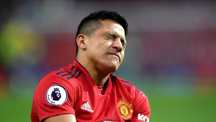 MANCHESTER, ENGLAND - MARCH 02: Alexis Sanchez of Manchester United reacts with an injury during the Premier League match between Manchester United and Southampton FC at Old Trafford on March 02, 2019 in Manchester, United Kingdom. (Photo by Shaun Botterill/Getty Images)