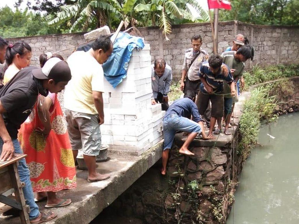 Polisi Gelar Rekonstruksi Pembunuhan Pria Jasadnya Diikat di Kali Cibening