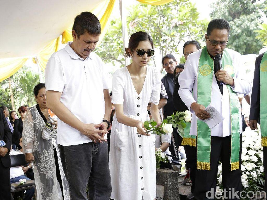 Isak Tangis Mikha Tambayong Lihat Ibunda Dikebumikan