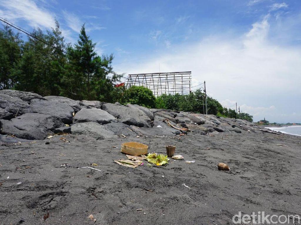 Melihat Pantai Tempat Uang Sesajen Melasti Dijarah