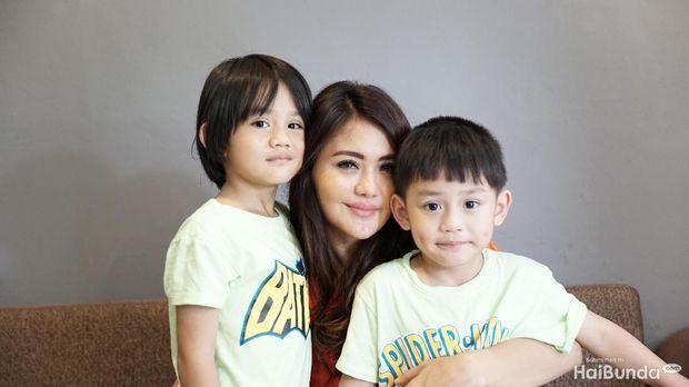 Juliana Moechtar dan kedua anaknya
