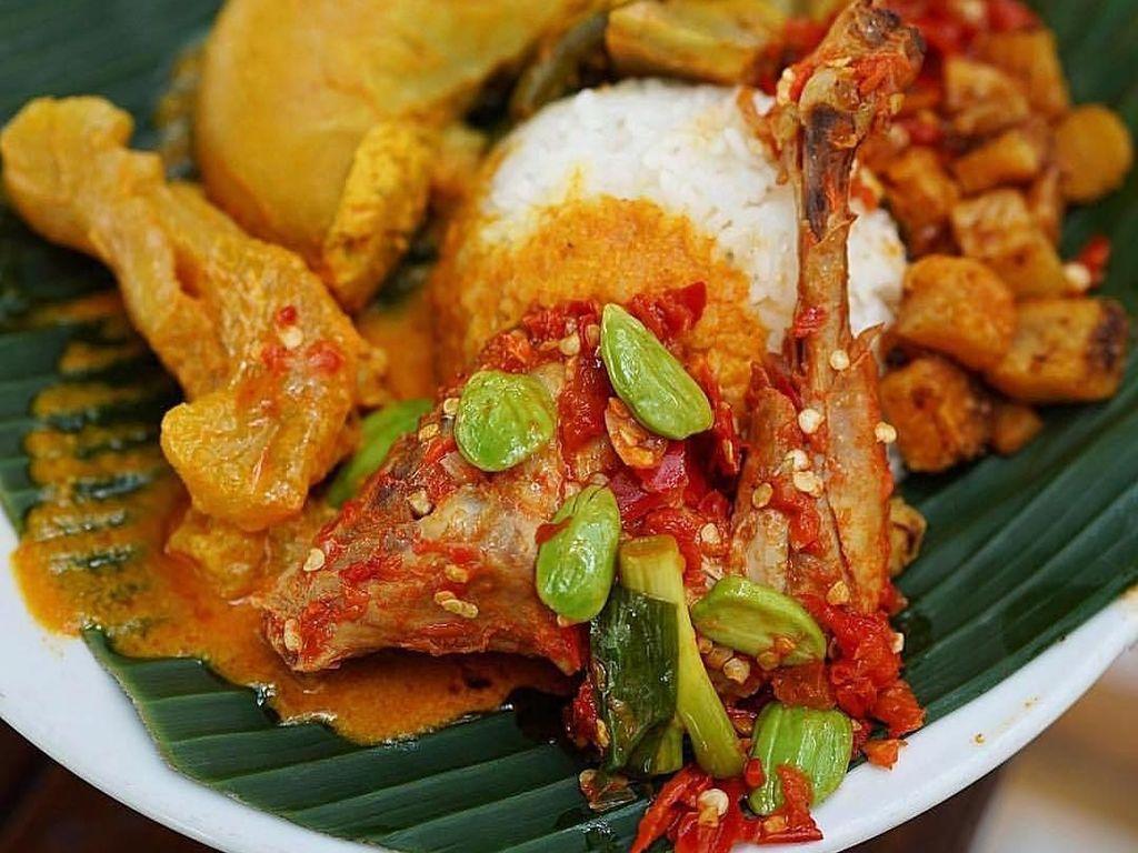 Lamak Bana! Nasi Kapau Berlauk Komplet Buat Makan Siang