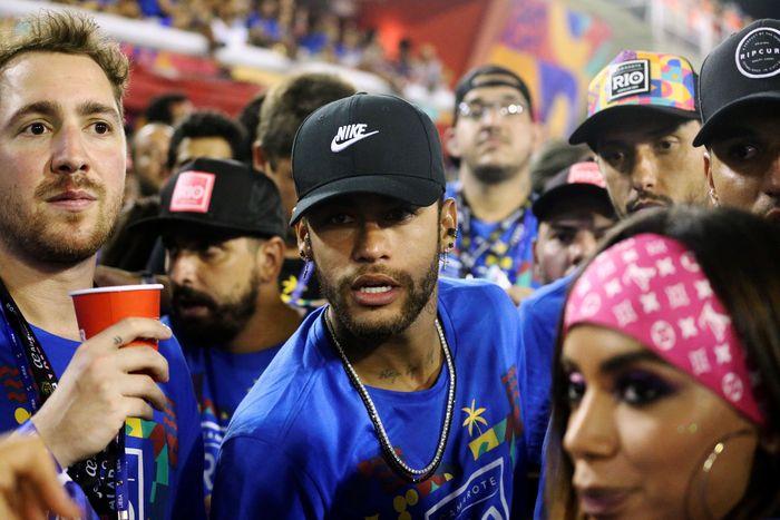 Bintang PSGNeymar tampak hadir menyaksikan Karnaval Samba hari kedua di Rio de Janeiro, Brasil. Sergio Moraes/Reuters.