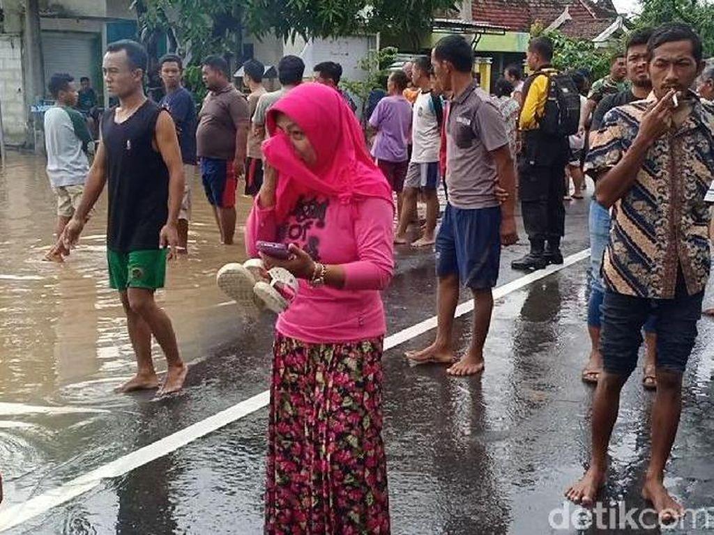 Ibu Ini Menangis Anaknya Baru Melahirkan Masih Terjebak Banjir Madiun