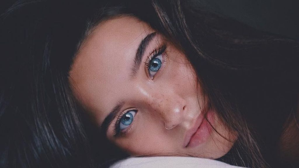 Pesona 10 Wanita Cantik dengan Warna Mata yang Langka