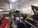 Pulang Kerja, Jokowi Desak-desakan Naik KRL ke Bogor