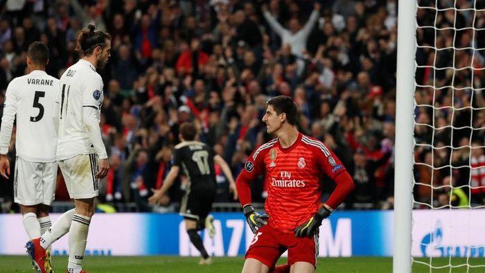 Thibaut Courtois kala gawangnya dibobol Ajax Amsterdam (Susana Vera/REUTERS)