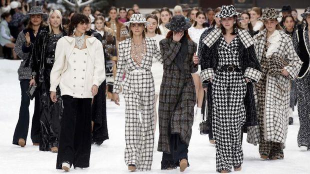 Cara Delevingne saat fashion show Chanel
