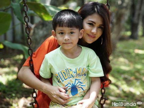 Juliana Moechtar dan putra bungsunya, Hisyam/