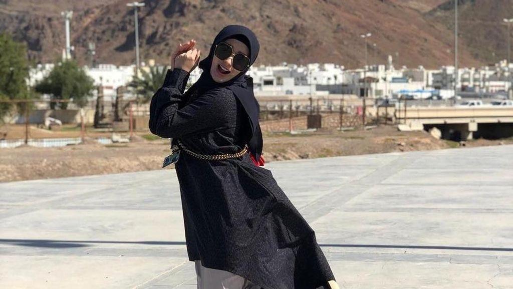 Zaskia Gotik Pakai Hijab Saat Umrah, Netizen Sebut Aura Muslimahnya Cerah