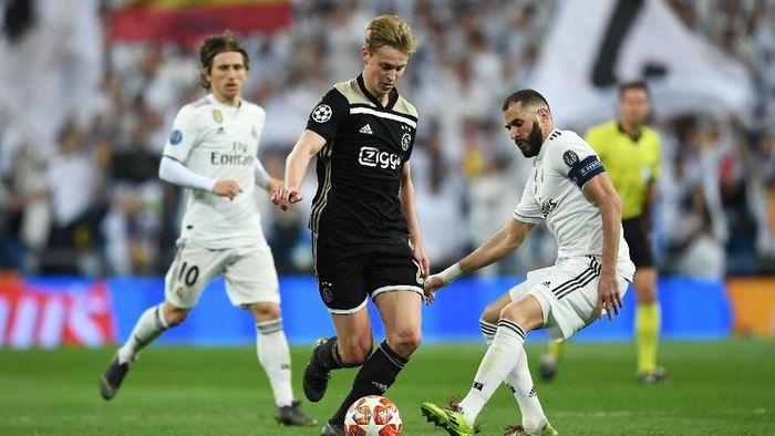 Aksi Frenkie De Jong saat menumbangkan Real Madrid 4-1 di Santiago Bernabeu. (Foto: David Ramos/Getty Images)