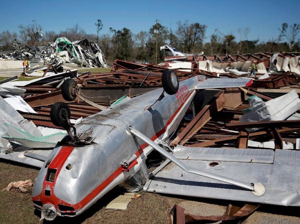 Penampakan Pesawat Rusak Akibat Tornado di Alabama