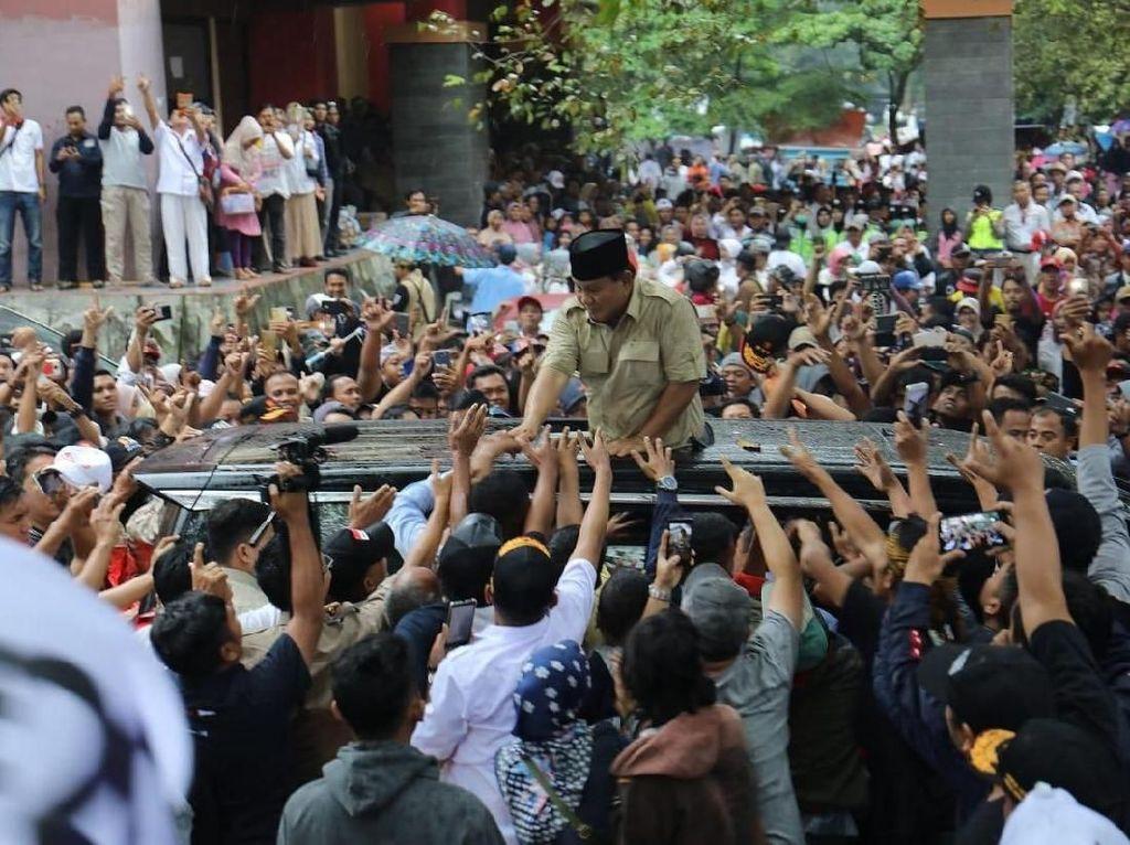 Momen Heboh Prabowo Buka Baju di Atas Mobil Saat Sapa Pendukung