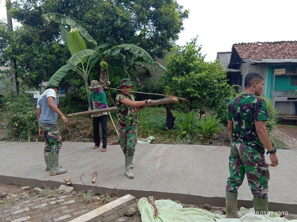 Warga-TNI Gotong Royong Perbaiki Jalan Kampung di Bekasi
