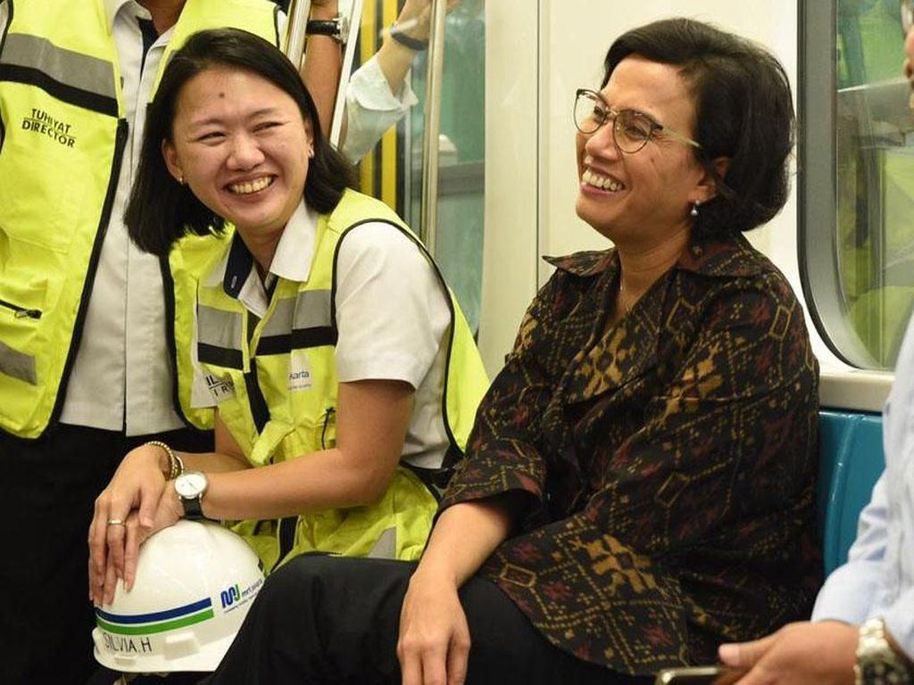 Senangnya Sri Mulyani Sore-sore Jajal MRT