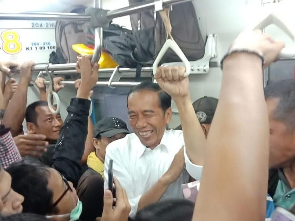 Desak-desakan! Potret Jokowi Pulang Kerja Naik KRL